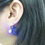 写真:青く光るイヤーカフ!