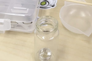 写真:瓶の中央にコイルを置く
