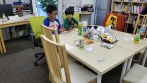写真:子供たち同士で話は弾む
