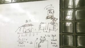 写真:ホワイトボードに書かれた回路図